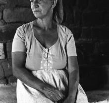 Olhos D'Água, mulher sentado na rabeira de um fogão, Dona Teó